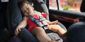 Dziecko śpi latem w samochodzie