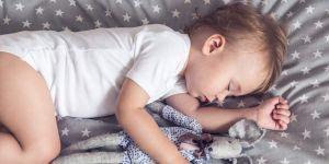 Dziecko śpi z przytulanką