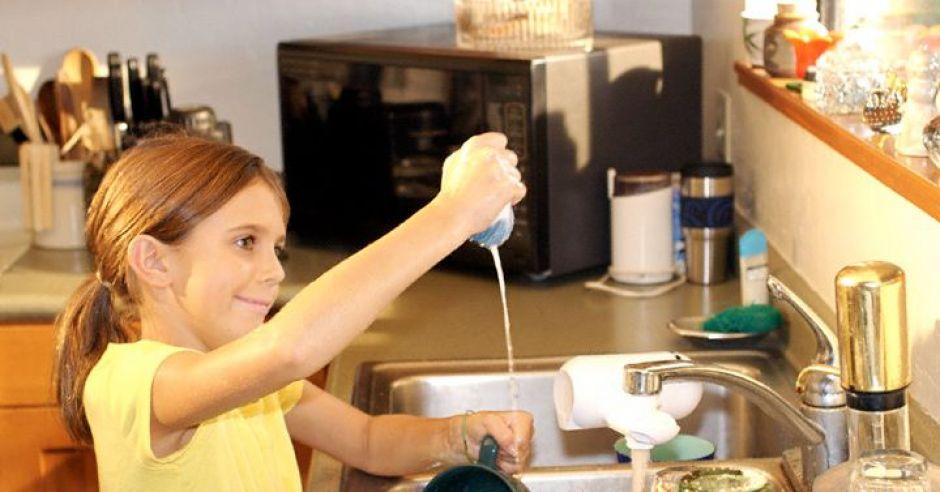 dziecko, sprzątanie, zmywanie