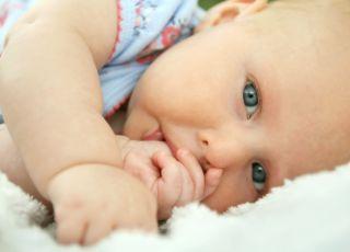 dziecko ssie kciuk