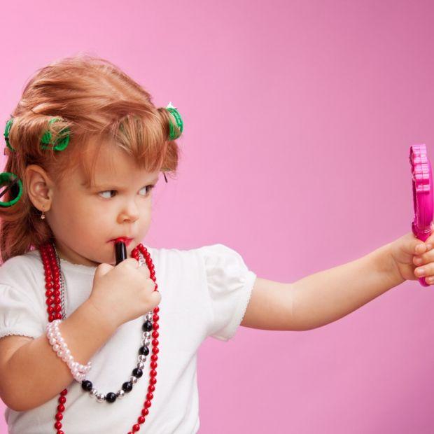dziecko, szminka, modnisia, dziecko przed lustrem