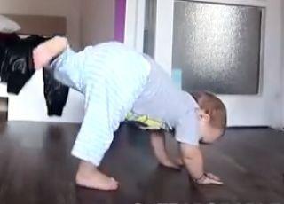 dziecko tańczy breakdance