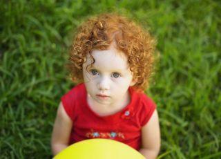 dziecko, trawa, wiosna, lato, piłka