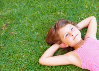 dziecko, trawa, wiosna, leżeć