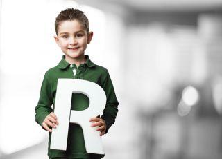 """Dziecko trzyma literę """"r"""""""
