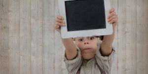 Dziecko trzyma tablicę do pisania