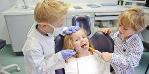 dziecko u dentysty, gabinet stomatologiczny, stomatolog, dzieci, zabawa w dentystę