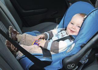 dziecko w aucie, przewóz dziecka, bagaże, walizki, podróż samochodem, fotelik samochodowy