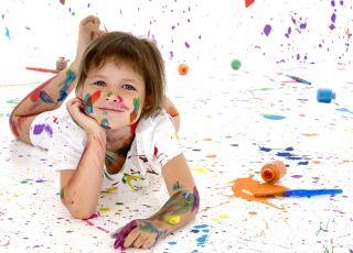dziecko w farbie