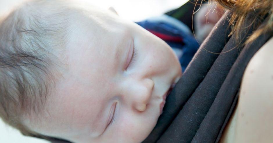 dziecko w nosidełku
