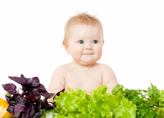 Dziecko w otoczeniu warzyw
