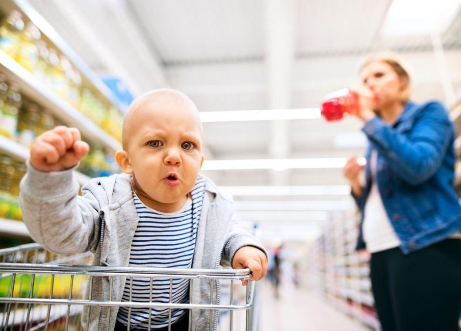 dziecko w sklepie szaleje