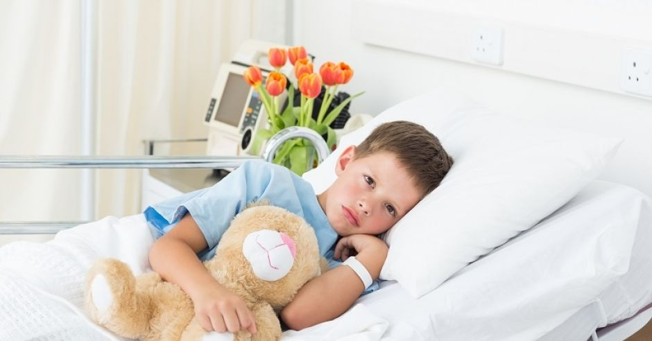 dziecko w szpitalu, szpital, chłopiec, chory chłopiec