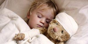 Dziecko w szpitalu z pluszowym misiem