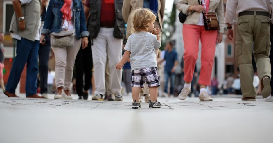 dziecko w tłumie