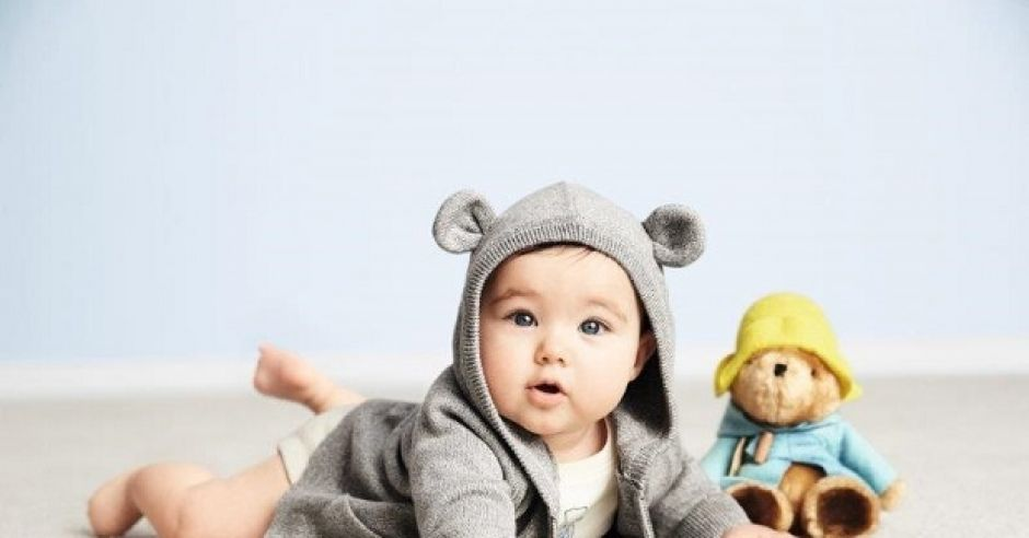 Dziecko w ubranku z kolekcji Miś Paddington/ BabyGAP