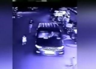 Dziecko wpadło pod koła samochodu, bo mama była wpatrzona w ekran telefonu