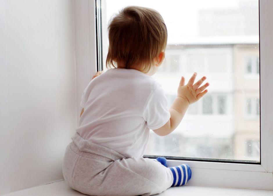 Dziecko wypadło przez okno