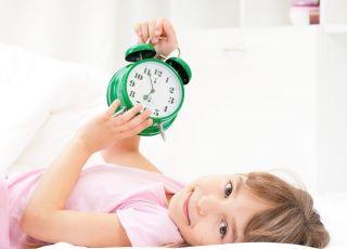 dziecko z budzikiem, czas