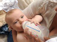dziecko z butelka