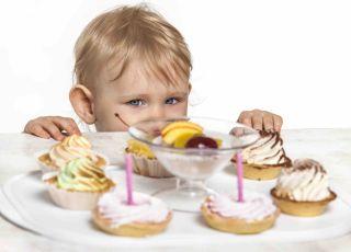 Dziecko z ciastkiem