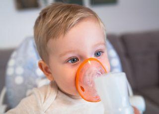 dziecko z inhalatorem podczas inhalowania