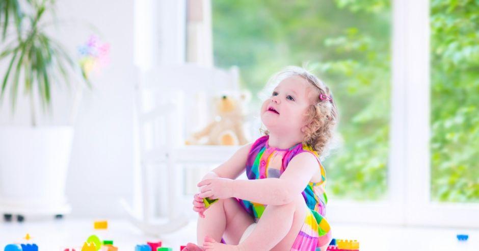 Dziecko z klockami