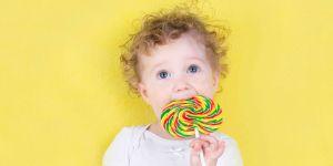dziecko z lizakiem, słodycze