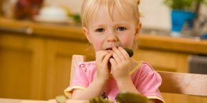 Dziecko z ogórkiem kiszonym