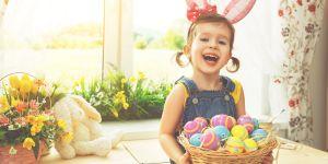 dziecko z pisankami i w stroju króliczka