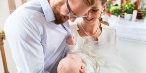 dziecko z rodzicami na chrzcinach