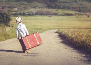 Dziecko z walizką wyrusza w świat