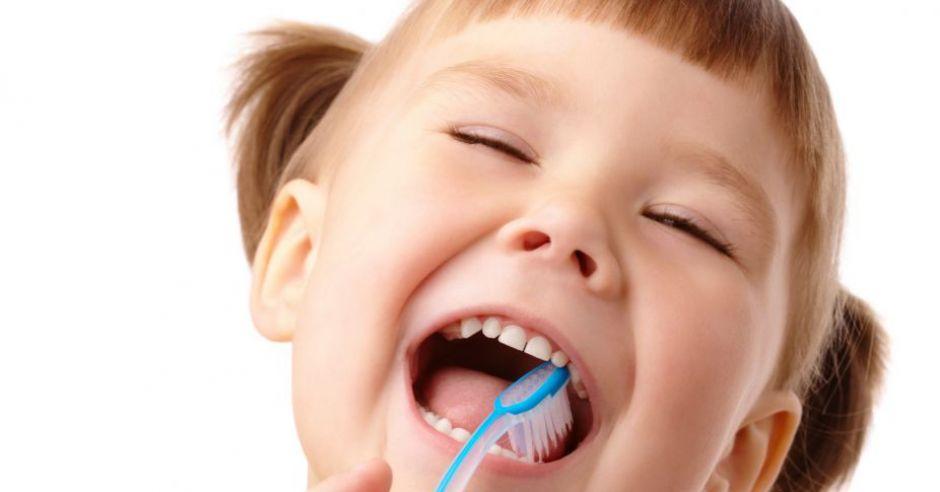 dziecko, ząbki, szczoteczka do zębów