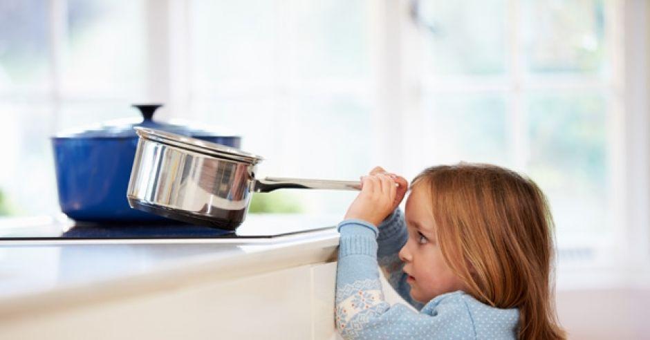 Dziecko zaraz się poparzy przechylając garnek
