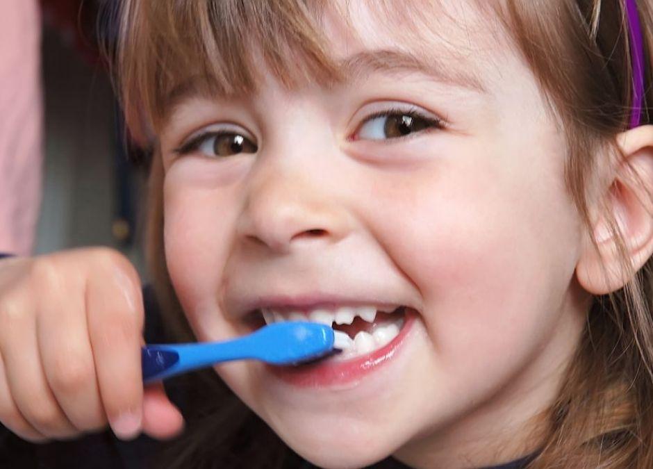 dziecko, zdrowie, mycie zębów, szczoteczka, uśmiech