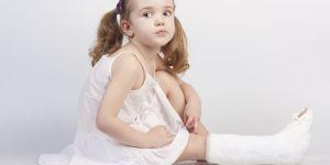 dziecko, złamanie nogi, pierwsza pomoc