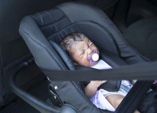 dziecko zostawione w rozgrzanym samochodzie