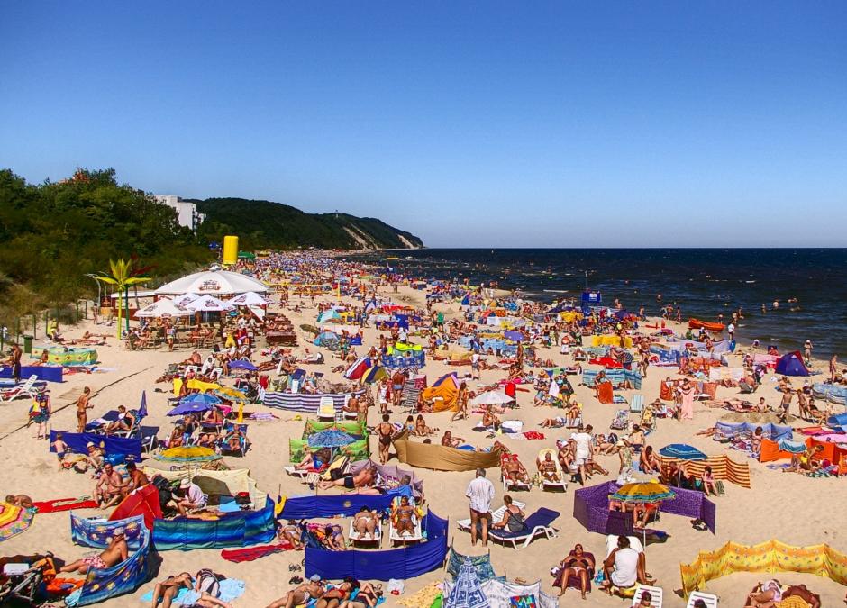dzieic bez kostiumu na plaży