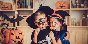 dzieci robią ozdoby DIY na halloween