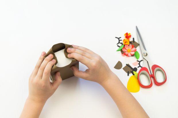 Pakowanie prezentu w papierowego misia