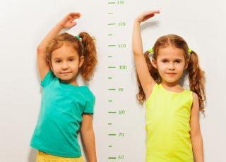 Dziewci się mierzą - wzrost dziecka