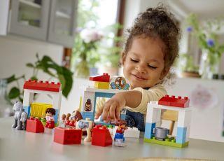 dziewczynka bawi się klockami Lego Duplo