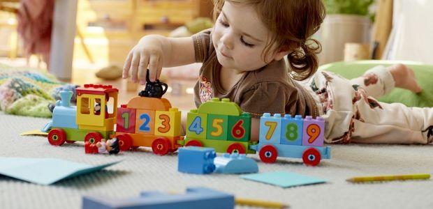 dziewczynka bawi się Lego Duplo pociąg - klocki