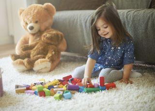 Twoje dziecko siedzi w ten sposób? Może zrobić sobie krzywdę!