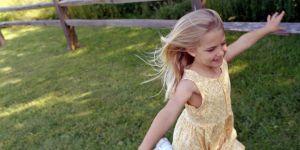 dziewczynka, biega, wieś