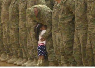 dziewczynka biegnie do taty żołnierza