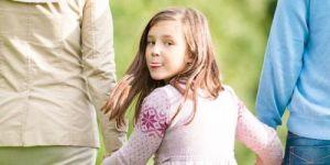 dziewczynka, bunt, pokazuje język, język, rodzice, przedszkolak