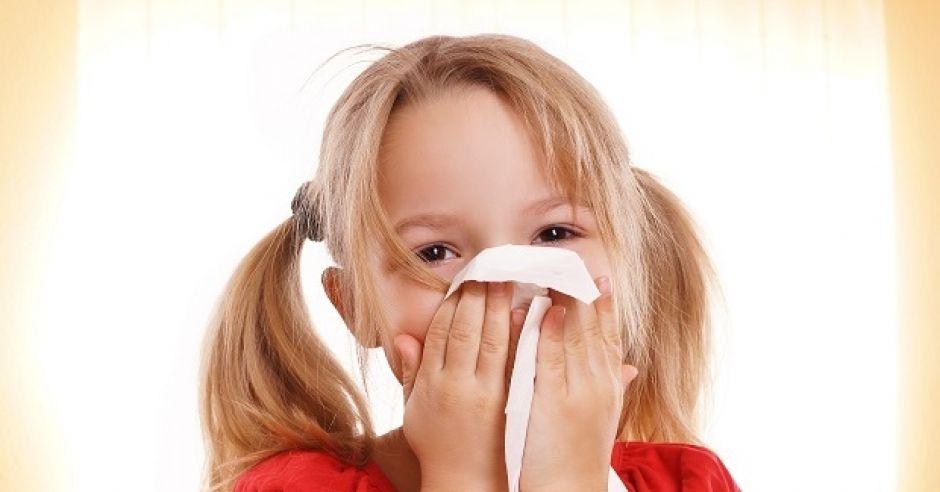 Dziewczynka czyści nos