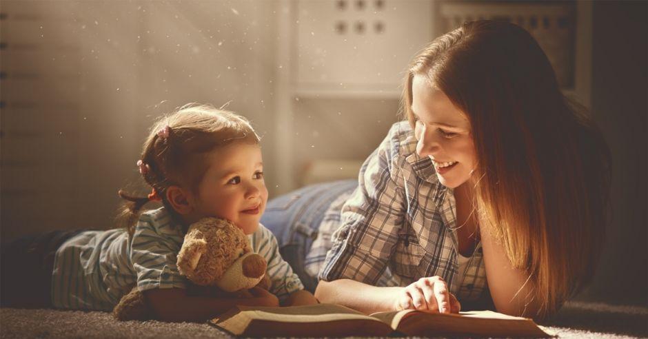 dziewczynka-czyta-ksiazke-z-mama