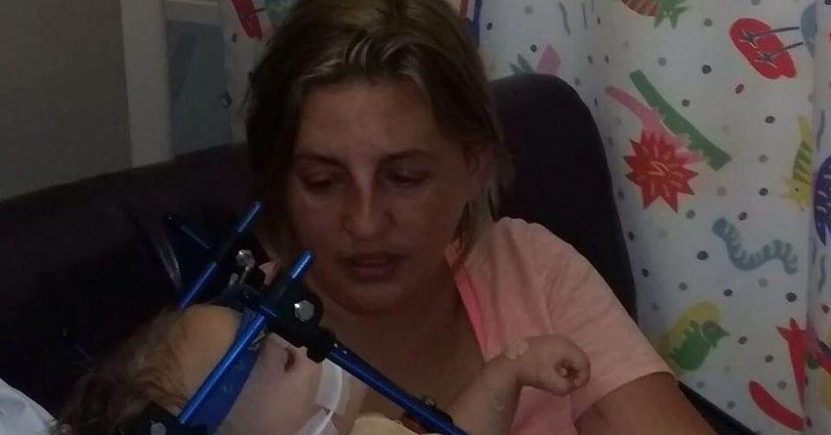 Dziewczynka doznała poważnych obrażeń, bo siedziała w foteliku przodem do kierunku jazdy